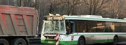 В ТиНАО на Киевском шоссе автобус столкнулся с грузовиком